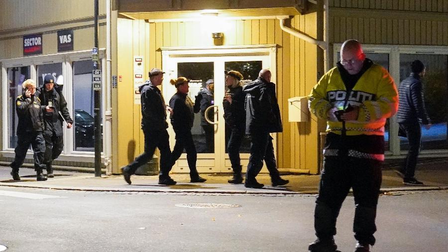 Policiais no local onde ataque com arco e flecha deixou mortos e feridos em Kongsberg, na Noruega - Torstein Bøe / NTB / AFP