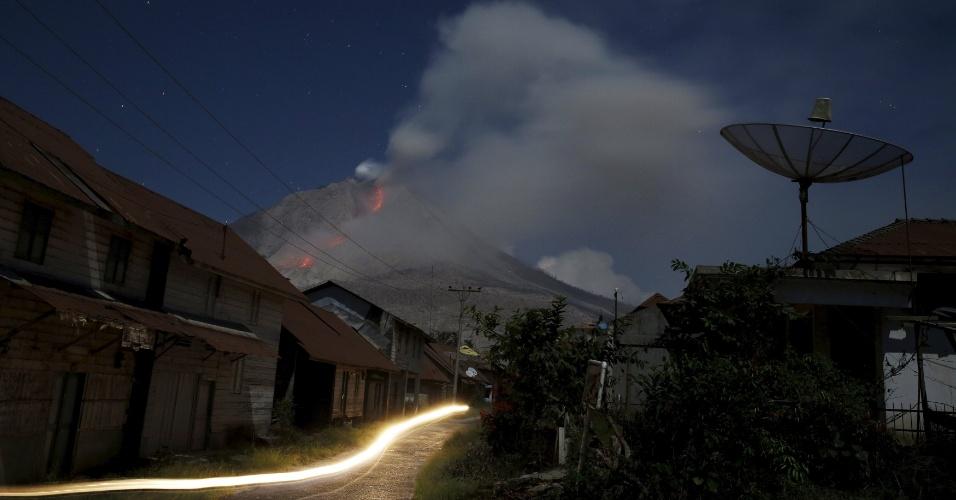29.jun.2015 - Vulcão Sinabung expele cinzas e lavas durante erupção, vista do vilarejo de Beras Tepu, no norte de Sumatra, na Indonésia, nesta segunda-feira (29). Mais de 10 mil pessoas de 12 vilarejos deixaram suas casas e foram removidas para campos de refugiados, devido a erupção do vulcão