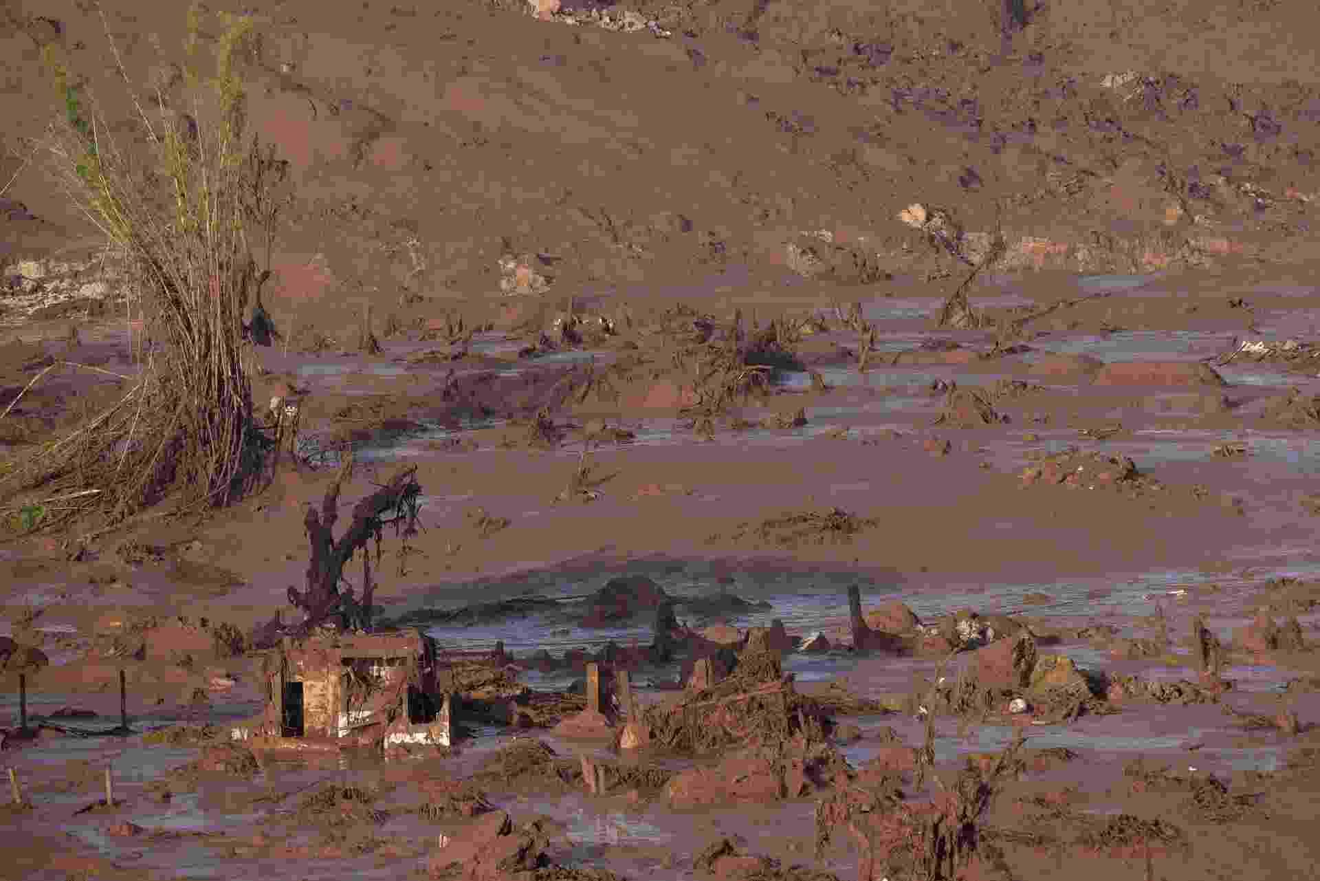 6.nov.2015 - O rompimento da barragem da mineradora Samarco Fundão, em Bento Rodrigues, distrito de Mariana (MG), causou forte enxurrada que atingiu casas vizinhas. De acordo com o Corpo de Bombeiros, há mortos e desaparecidos - Douglas Magno/AFP