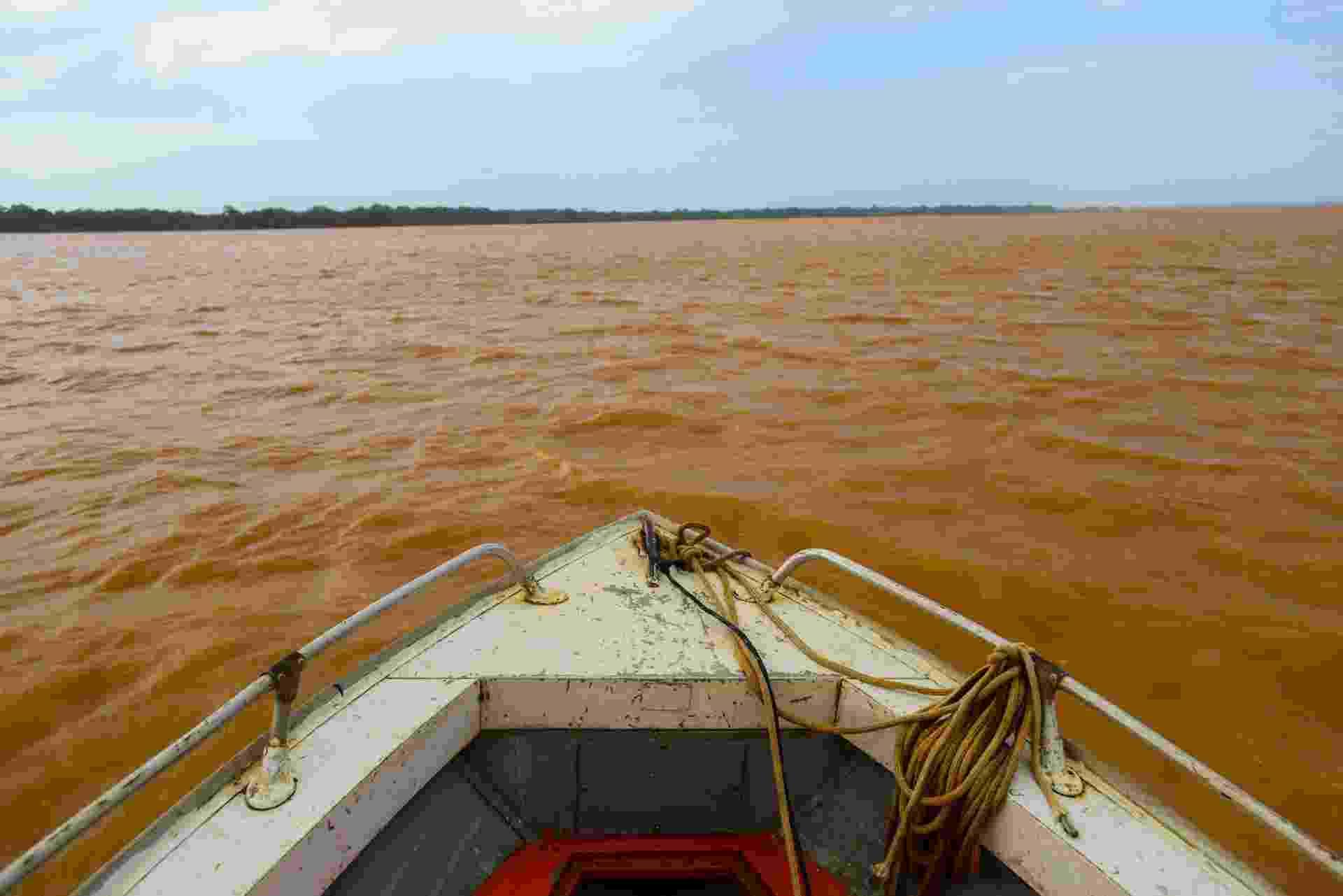 21.nov.2015 - A lama liberada com o rompimento de barragens em Mariana (MG), no dia 5, chegou ao mar do Espírito Santo na tarde deste sábado (21) - Gabriel Lordello/Mosaico Imagem/UOL