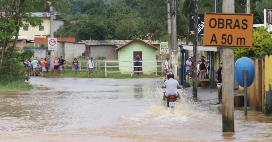 16.jan.2016 - Cheia do Rio Buquira atinge e interdita parcialmente a rodovia SP-50, na altura do Km 2, que liga São José dos Campos (SP) a Monteiro Lobato (SP)