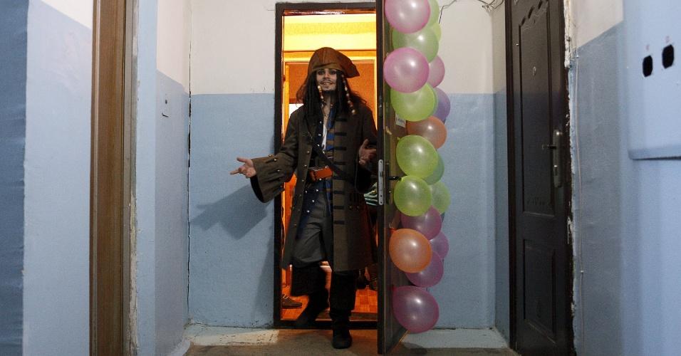5.fev.2016 - Parece fantasia de Carnaval, mas não é. O cinegrafista russo German Yesakov, 25, se vestiu como o capitão de Jack Sparrow, personagem da franquia cinematográfica Piratas do Caribe, para se casar com Anastasiya, 18. Na foto, ele deixa o apartamento da jovem após surpreendê-la com o traje, antes da cerimônia de casamento. Eles se casaram na cidade russa de Stavropol