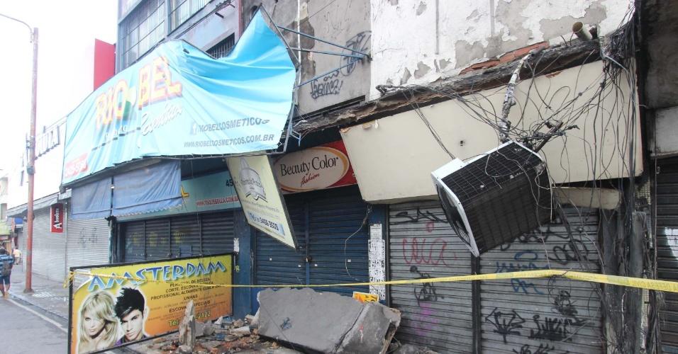 18.fev.2016 - A marquise de uma loja desabou em Madureira, zona norte do Rio de Janeiro, deixando um homem morto e uma mulher ferida na noite de quarta-feira (17). A Polícia Civil informou que as causas do acidente estão sendo investigadas