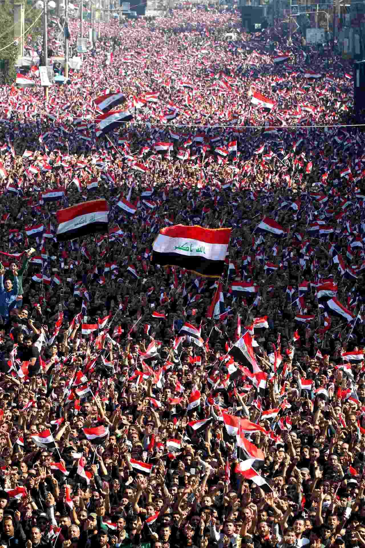 26.fev.2016 - Dezenas de milhares de defensores do clérigo xiita iraquiano Moqtada al-Sadr protestam contra a corrupção na praça Tahrir, em Bagdá - Alaa Al-Marjani/Reuters