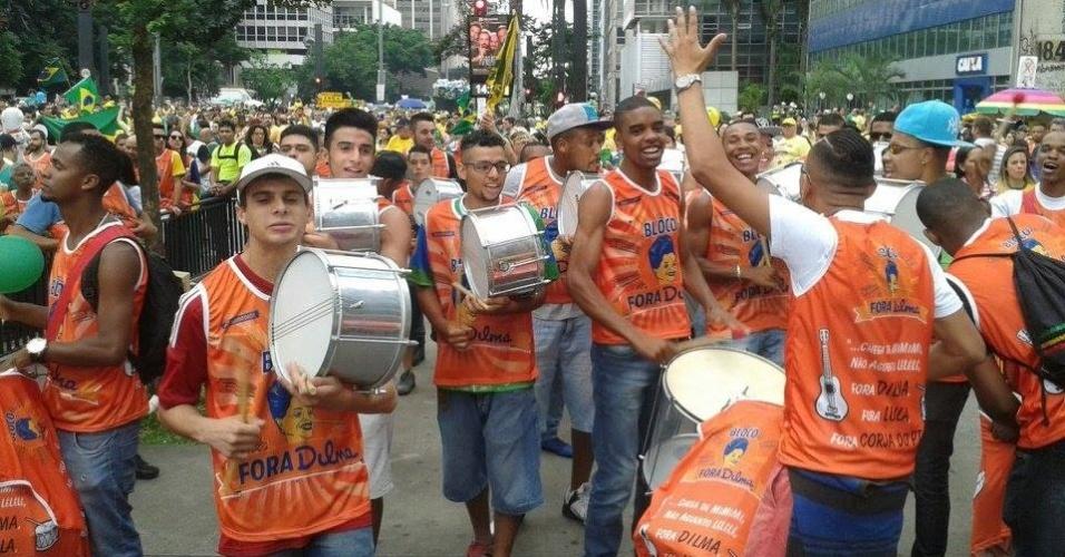 13.mar.2016 - Bloco Fora Dilma, nos protestos deste domingo (13), em São Paulo (SP), teve bateria e abadás, camisetas geralmente usadas nas micaretas