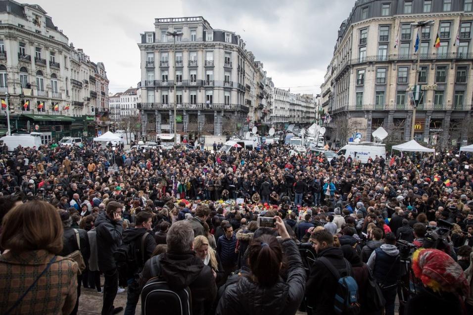 23.mar.2016 - População lota praça em Bruxelas para prestar tributo às vítimas dos ataques terroristas que atingiram a capital belga