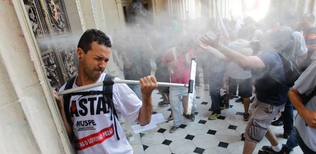 Servidores públicos e seguranças entram em confronto em frente à porta da Alerj
