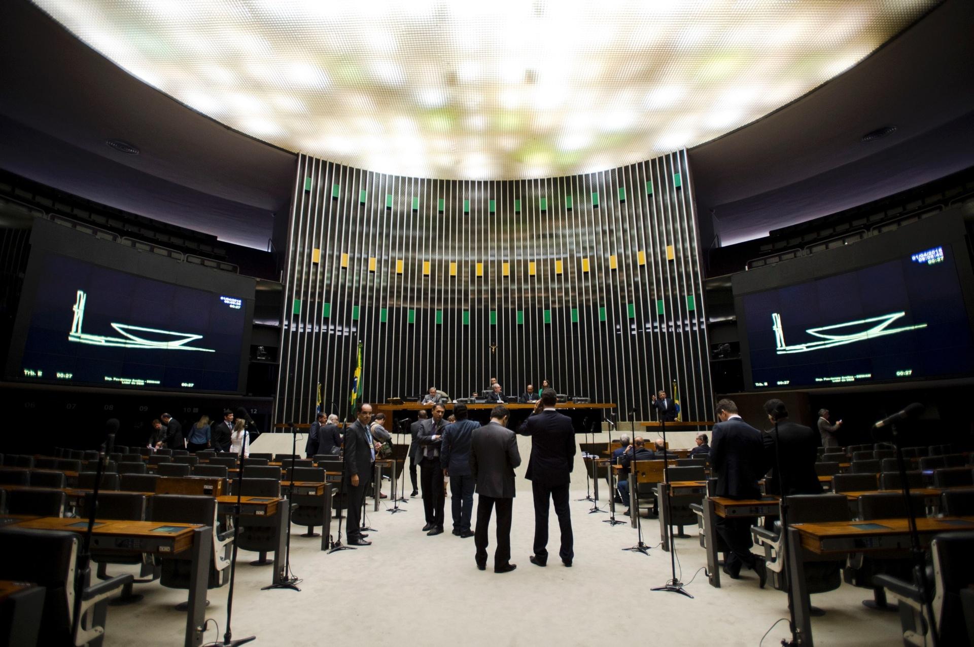 1º.abr.2016 - Mesmo com a sessão esvaziada, o presidente da Câmara dos Deputados, Eduardo Cunha (PMDB-RJ), conseguiu abrir a sessão em plenário. Esta é a penúltima sessão --do prazo de dez encontros-- que a presidente Dilma Rousseff possui para apresentar a sua tese no processo de impeachment que é analisado na Casa