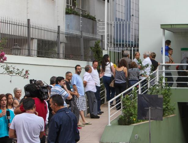 6.abr.2016 - Pacientes fazem fila em clínica particular em busca da vacina contra a gripe H1N1, no bairro dos Jardins, na zona sul de São Paulo