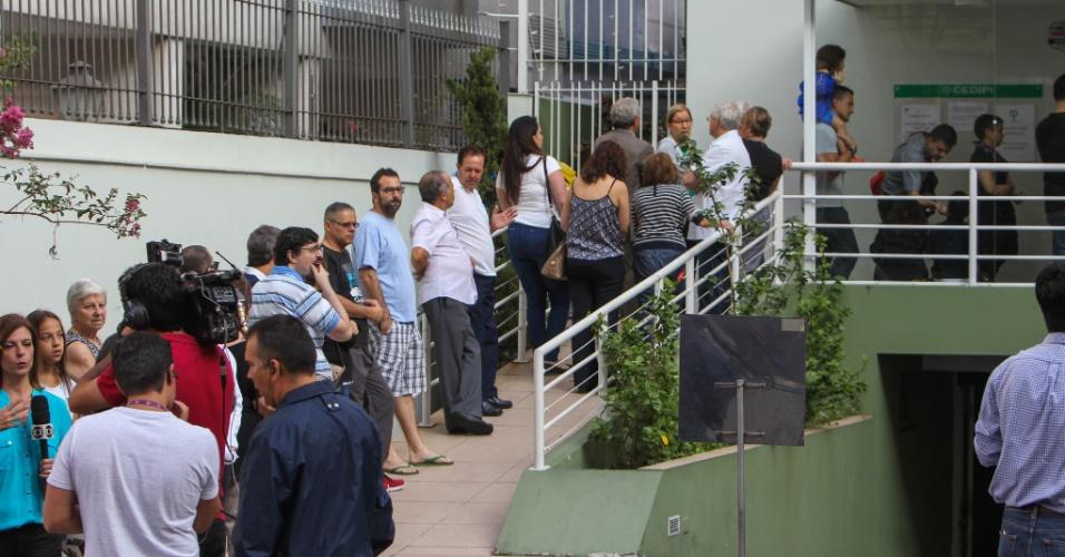 6.abr.2016 - Pacientes fazem fila em clínica particular em busca da vacina contra a gripe H1N1, no bairro dos Jardins, na zona sul de São Paulo. A Fundação Procon de São Paulo notificou hospitais e laboratórios a prestarem esclarecimentos sobre denúncias de aumento abusivo do preço da vacina