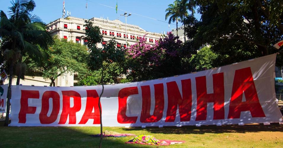 17.abr.2016 - Manifestantes começam a distribuir faixas no Vale do Anhangabaú, no centro da cidade de São Paulo, para protestar contra o pedido de impeachment da presidente Dilma Rousseff