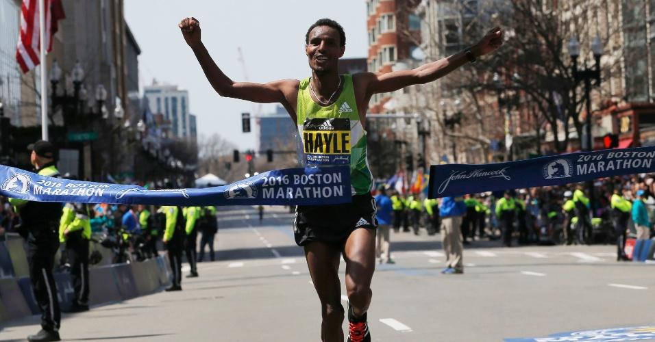 18.abr.2016 - Lemi Berhanu Hayle, da Etiópia, cruza a linha de chegada e vence a divisão masculina da Maratona de Boston, em Massachusetts, EUA