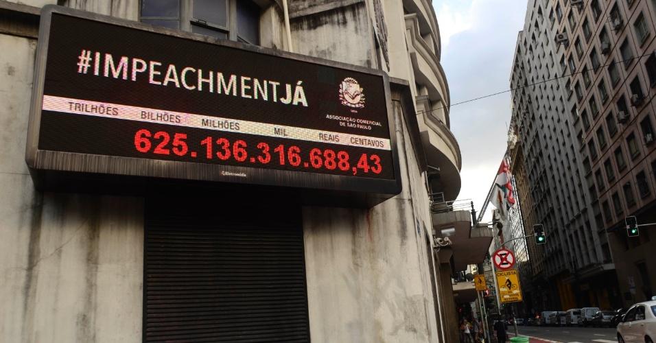 """20.abr.2016 - O painel do Impostômetro da Associação Comercial de São Paulo (ACSP) mostra a marca de mais de R$ 625 bilhões em impostos, taxas e contribuições pagos pela sociedade brasileira desde o início do ano. Acima dos números, a Associação passa a mensagem """"#ImpeachmentJá"""", na rua Boa Vista, centro da capital paulista"""
