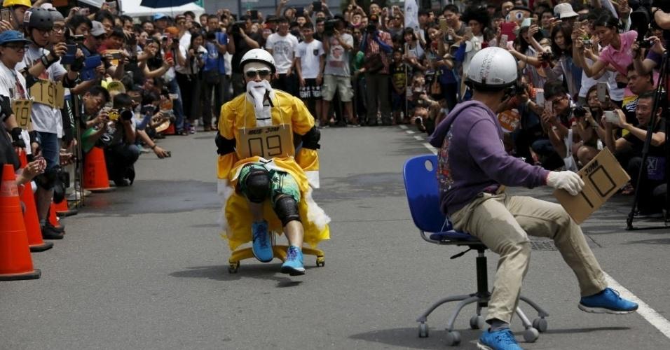 24.abr.2016 - É preciso força nas pernas para deslocar as cadeiras de escritório durante o ISU-1 Grand Prix, em Tainan, sul de Taiwan, na China