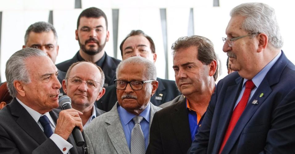 10.jun.2016 - O presidente interino, Michel Temer (PMDB), reuniu sindicalistas no palácio do Jaburu, em Brasília, para tentar resolver o impasse da reforma da Previdência. Durante o almoço, sua assessoria publicou partes da fala de Temer aos representantes dos sindicatos em que ele diz que não fará nada contra os trabalhadores
