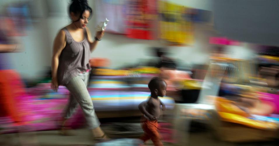 Mulher cuida de criança em um abrigo no município de Turbo, no departamento de Antioquia, na Colômbia. Mais de 500 cubanos estão na Colômbia, após Panamá fechar a fronteira com o país, para tentar parar o fluxo de imigrantes cubanos que tentam chegar aos Estados Unidos