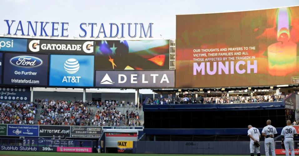 22.jul.2016 - Jogadores do time de beisebol New York Yankees fazem um minuto de silêncio pelas vítimas do tiroteio no shopping Olympia, em Munique, Alemanha