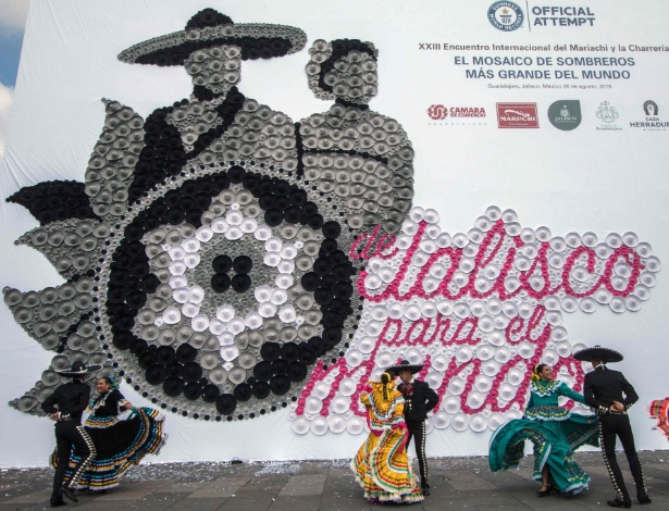 Dançarinos fazem performance diante do mosaico feito com sombreros em cerimônia do Guinness em Guadalajara, no México