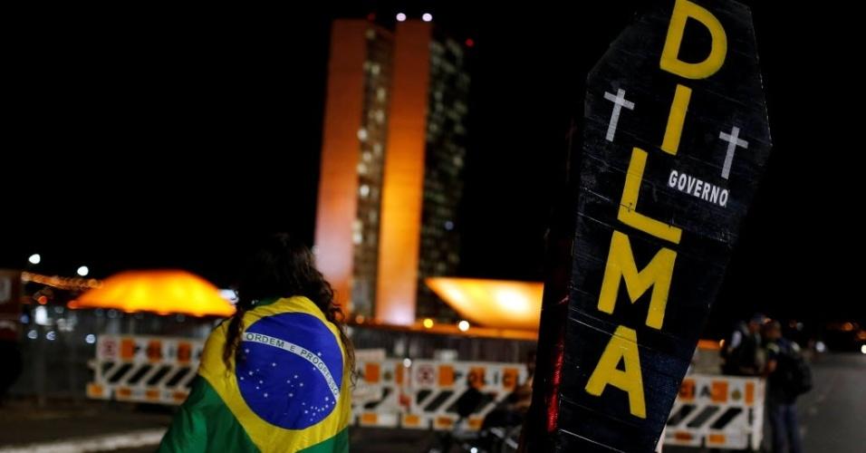 30.ago.2016 - Manifestantes favoráveis ao impeachment da presidente afastada, Dilma Rousseff, fazem ato nas proximidades do Congresso Nacional, em Brasília