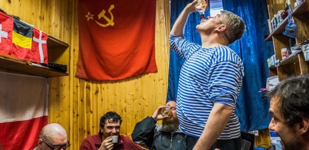Pesquisadores russos e chilenos bebem vodca caseira em estação na Antártida