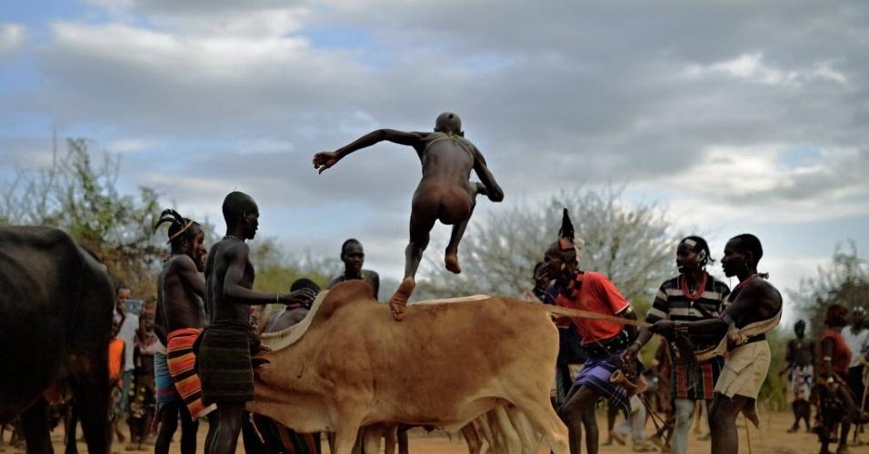 1º.out.2016 - Homem da tribo Hamar participa de uma cerimônia tradicional pulando um touro, no Vale do Omo, na Etiópia