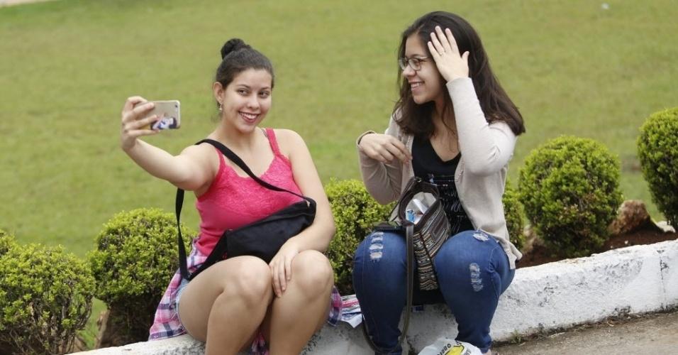 5.nov.2016 - Estudantes tiram selfie enquanto aguardam o início da prova do Enem, na PUC, em Belo Horizonte