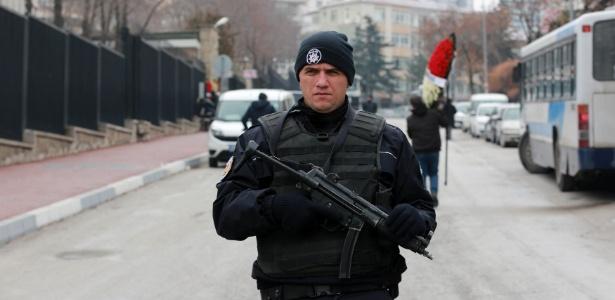 Polícia da Turquia reforça segurança diante da Embaixada da Rússia em Ancara, um dia após ataque que matou embaixador