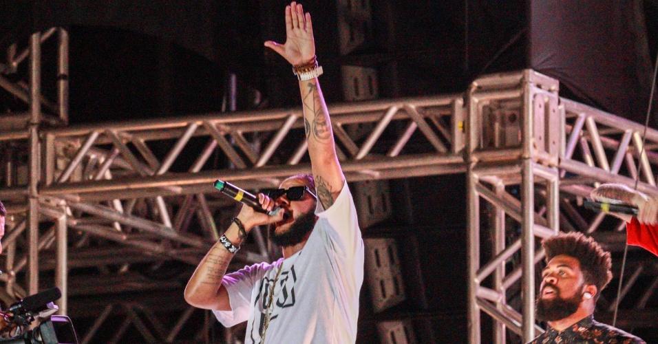 31.dez.2016 - O rapper Emicida se apresenta durante show da virada na Avenida Paulista