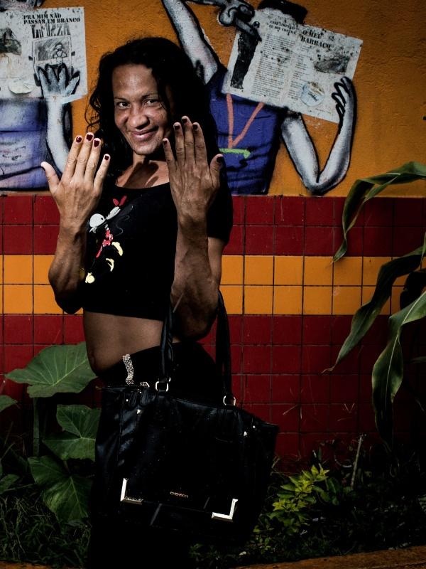 Rebeca Mondonato, 37: pintou as unhas de vermelho durante ação dos voluntários e disse que ficou com a autoestima ?lá em cima?. ?A gente é drogado e se sente um lixo. Eu já estou há 10 anos usando crack. Isso aqui é um lixo. Essa ação é muito importante para resgatar a autoestima da gente?, disse