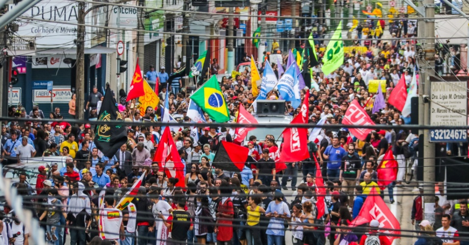 28.abr.2017 - Manifestantes fazem passeata no centro de Sorocaba (SP) nesta sexta-feira, durante a greve geral. O comércio da cidade fechou as portas e cerca de mil pessoas participaram da manifestação, segundo os organizadores