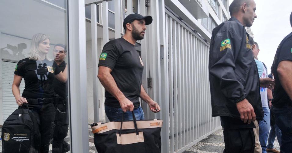 18.mai.2017 - Agentes da Polícia Federal retiram evídências de apartamento do senador Aécio Neves em Ipanema, no Rio de Janeiro (RJ), durante operação da força-tarefa da Lava Jato deflagrada na manhã desta quinta-feira (18). A operação teve início após a delação do dono do frigorífico JBS, Joesley Batista, que entregou à Procuradoria-Geral da República (PGR) uma gravação de Aécio pedindo a ele R$ 2 milhões