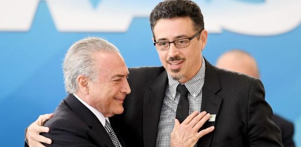 25.jul.2017 - Sérgio Sá Leitão (d) é cumprimentado pelo presidente Michel Temer (PMDB) ao tomar posse como novo ministro da Cultura