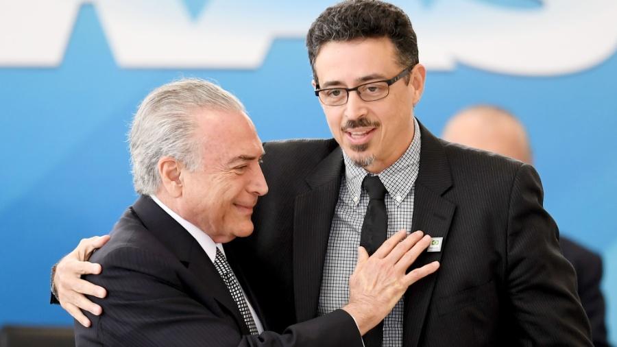 25.jul.2017 - Sérgio Sá Leitão (d) é cumprimentado pelo presidente Michel Temer (PMDB) ao tomar posse como novo ministro da Cultura - AFP PHOTO / EVARISTO SA