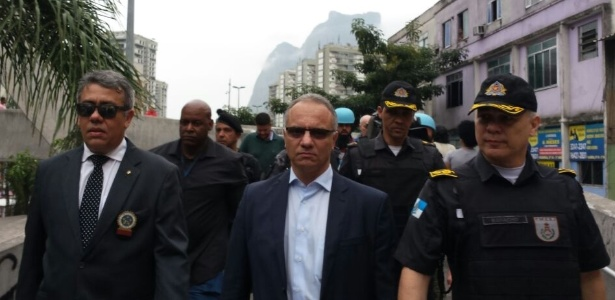 Secretário de Segurança do Rio, Roberto Sá (centro), na Rocinha no início do mês - Paula Bianchi/UOL