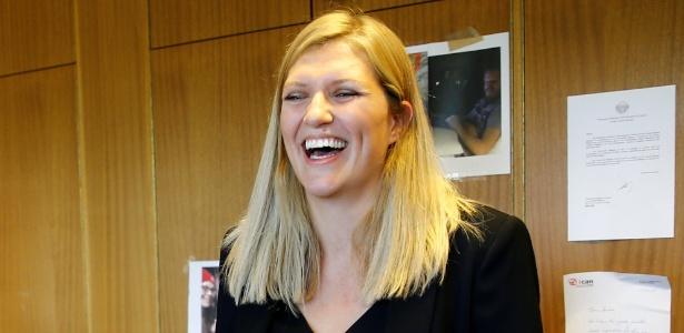 Beatrice Fihn, diretora-executiva da Campanha Internacional para a Abolição das Armas Nucleares, comemora o Nobel da Paz, em Genebra