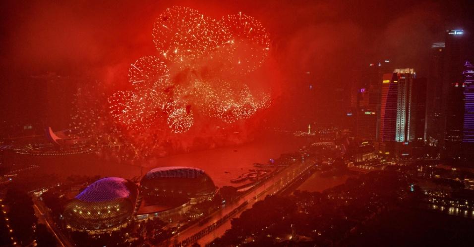 Fogos de artifício marcam a chegada de 2018 em Cingapura