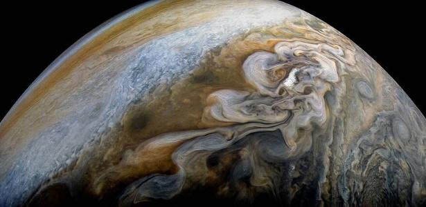 NUVENS ONDULADAS EM JÚPITER - A Nasa divulgou fotos em alta definição que mostram lindas imagens de nuvens onduladas no cinturão temperado do hemisfério Norte de Júpiter. A foto foi tirada pela sonda Juno no dia 7 de fevereiro, a 8,2 mil quilômetros do planeta