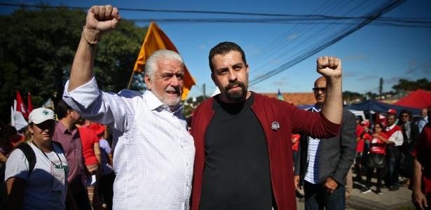 11.abr.2018 - Jaques Wagner (PT) e Guilherme Boulos (PSOL) em acampamento de militantes do PT em frente à Superintendência da PF, em Curitiba
