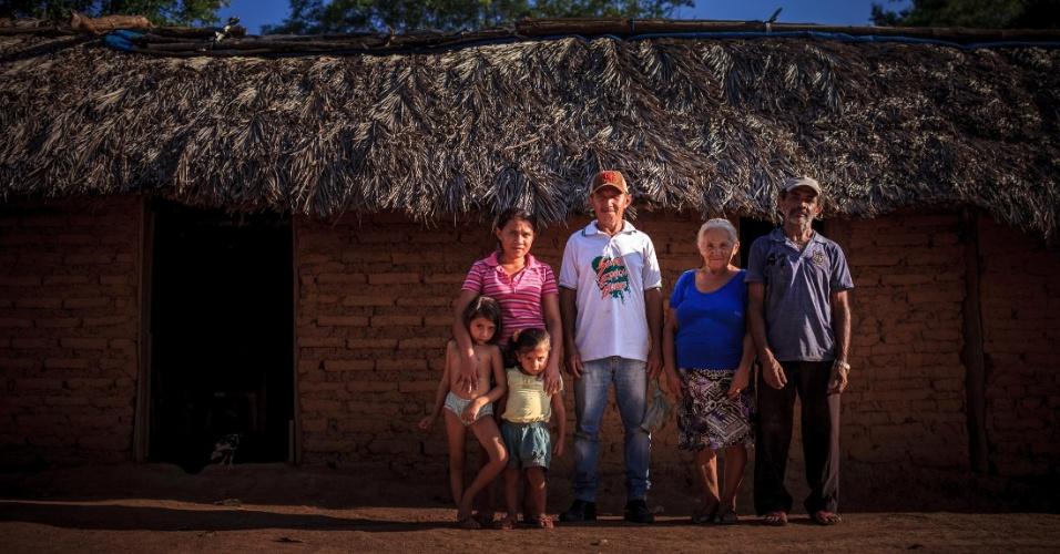 Retrato da família de Raimundo Ribeiro da Silva, diante de sua casa em serra do Centro, em Tocantins