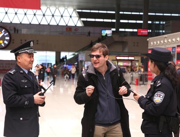 Paul Mozur, repórter do New York Times, experimenta um par de óculos de reconhecimento facial em uma estação de trem em Zhengzhou, China - Dong Fangzhong via The New York Times