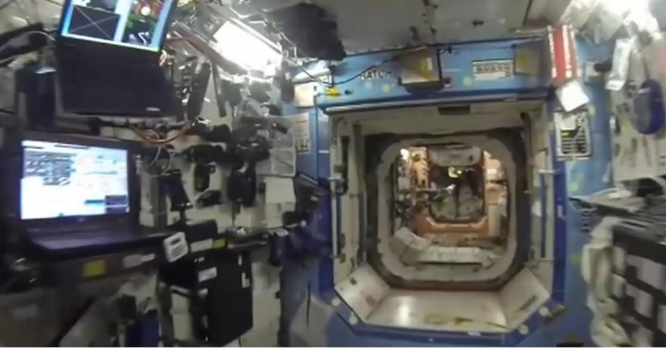 Interior da Estação Espacial Internacional; estrutura é usada como plataforma para dar suporte a viagens espaciais e para a realização de experimentos científicos