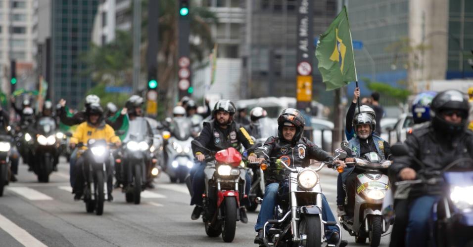 Erguendo a bandeira do Brasil, motoqueiros promoveram ato de apoio a Jair Bolsonaro, candidato a presidente da República pelo PSL, neste sábado (6)