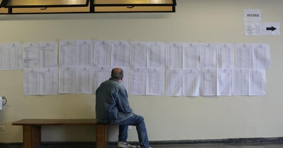 Eleitor observa lista de candidatos na PUC em Perdizes, em São Paulo