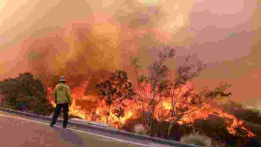 12.nov.2018 - Bombeiro observa incêndio em uma estrada em Simi Valley, Califórnia - Zhao Hanrong/Xinhua