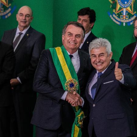Jair Bolsonaro cumprimenta o ministro Marcos Pontes, da Ciência e Tecnologia - Eduardo Anizelli/Folhapress