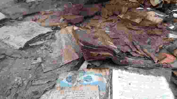 Livros e cadernos soterrados em uma casa de Paracatu de Baixo, uma das comunidades que foi completamente tomada pela lama da Samarco - Alex Tajra - Alex Tajra