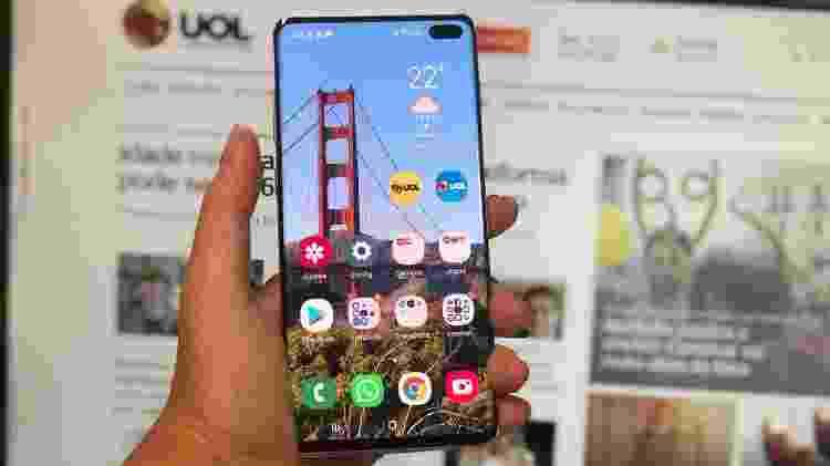 Frente do Galaxy S10+: furo na tela é a grande novidade do design - Gabriel Francisco Ribeiro/UOL - Gabriel Francisco Ribeiro/UOL
