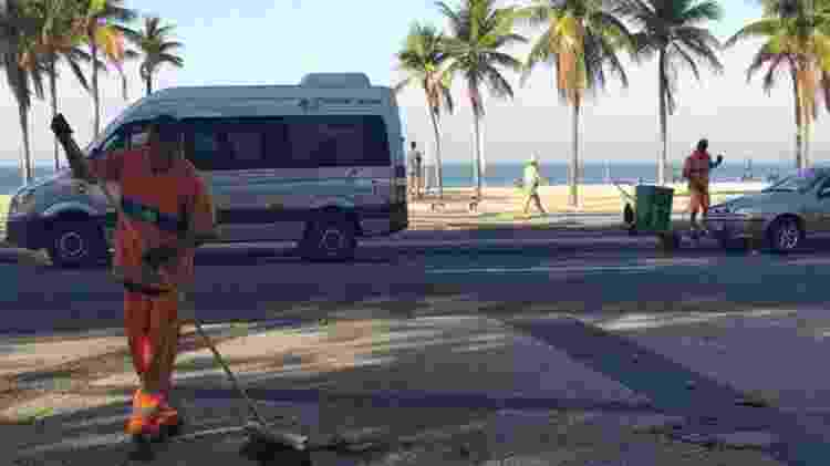Os garis Alexander Santos Pereira e Sérgio Jesus Teixeira são parte da equipe que faz a limpeza do Leme, no Rio - Letícia Mori/BBC