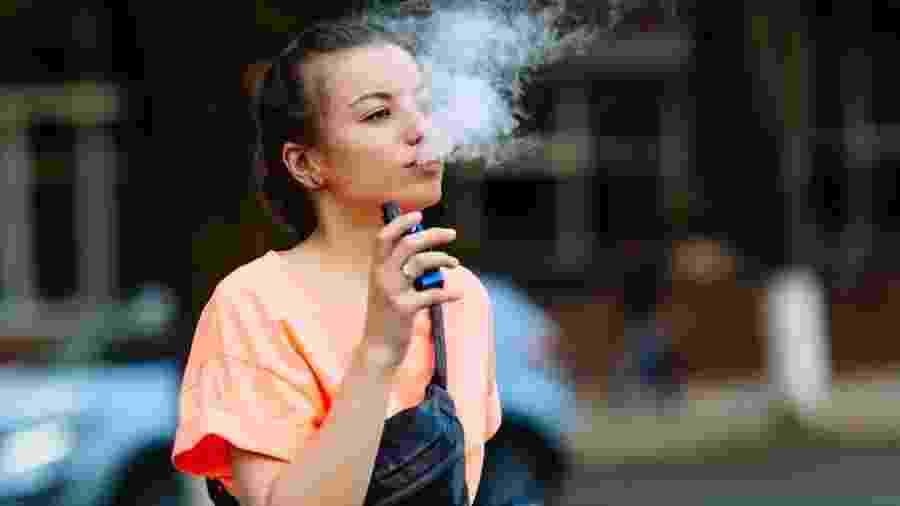 Cigarro eletrônico surgiu como promessa de auxílio para quem deseja parar de fumar - Getty Images