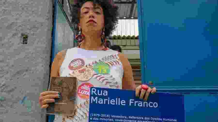 Deputada federal Talíria Petrone (PSOL-RJ) segura placa em homenagem à Marielle Franco - Arquivo pessoal
